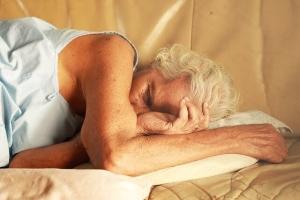 Snurken voorkomen - slapende oude vrouw