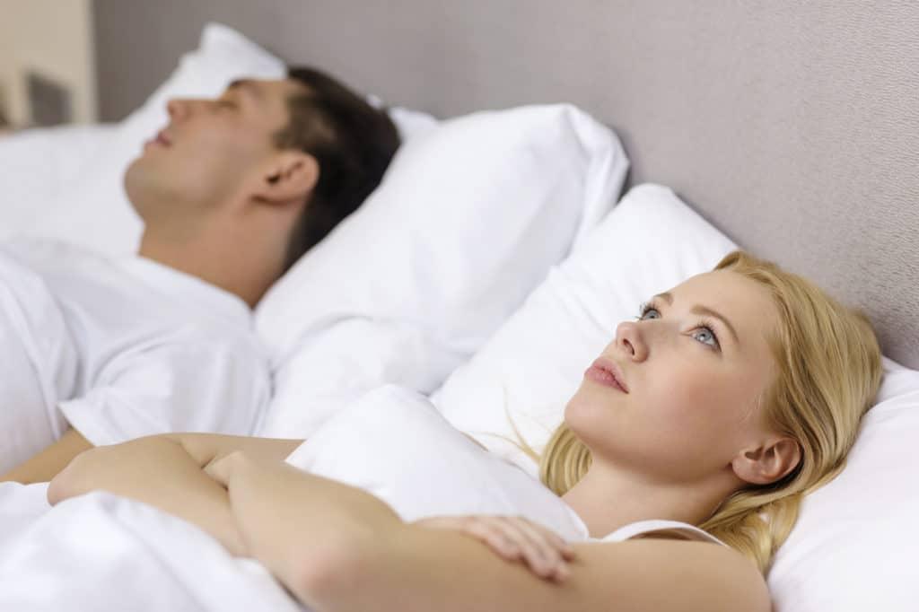 Waarom snurk ik - snurkende man